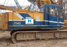 Cho thuê xe cẩu 45 tấn – cẩu xích Kobelco 7045